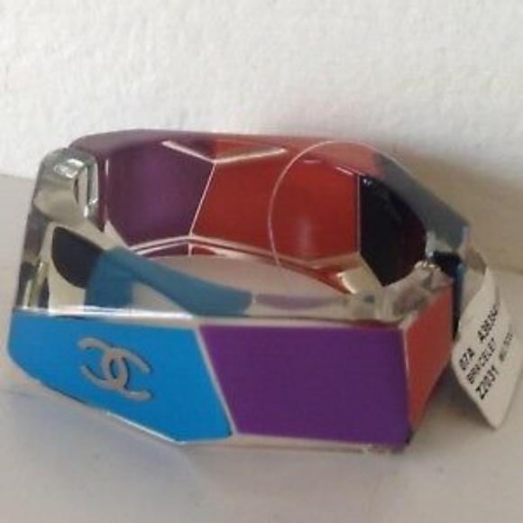 CHANEL Jewelry - RARE VINTAGE CHANEL LUCITE BANGLE BRACELET
